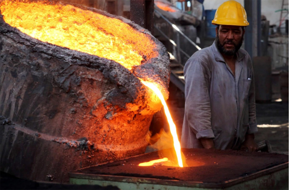 7000 workers suffer as a result of decision to close Egyptian Iron and Steel Factories